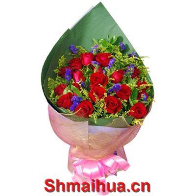 心中最爱-19枝红玫瑰,勿忘我,黄莺点缀,绿色皱纹纸内包装,浅粉色皱纹纸外包装,尖角圆形花束。